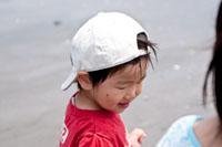海で遊ぶ子供